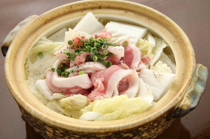 ヘルシーな豚肉と白菜を、さっぱりとたくさん味わえる『ヨシアキ鍋』 底には中華麺が隠れています
