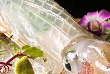 イカの活き造りは予約必須。九州各地の贅沢グルメを味わえます