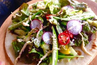 薄いピザ生地の上にたっぷり野菜『有機野菜サラダピザ』