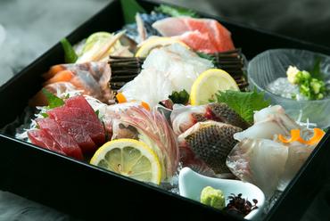築地から仕入れた新鮮な旬の魚介類の盛合せ『大漁鮮魚盛合せ<華>』