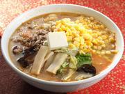 味噌は陸前高田の老舗【八木沢商店】の味噌と同じ、市内の農家の手作り味噌をブレンドしたものを使用。味噌のコクと具材の旨みが溶け込んだスープは秀逸です。岩手県産の野菜がたっぷり入った贅沢なラーメン。