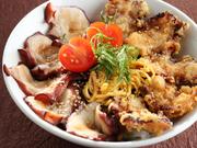 広田湾のタコのみを使用した、陸前高田の新名物。旨みの染み込んだ煮たタコと、カラっと揚げた唐揚げの2種類を乗せた満足な丼ぶりです。