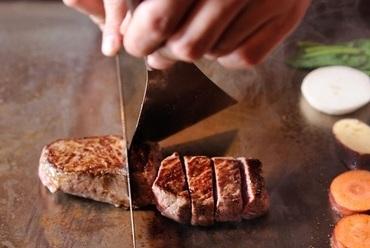 おいしいお肉とお野菜を鉄板で丁寧に焼き上げます