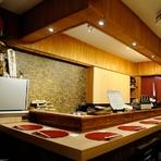 調理場を囲むL字型のカウンターは、会話を楽しみながら食事ができる特等席。鮮やかに盛り付けられていく料理を見ながら、1人静かに杯を傾ける時間は、何物にも代えられない至福の時間です。