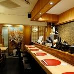 落ち着いた和の雰囲気の店内には、小上がりのお座敷もあり、5名での利用が可能。旬の素材を使った彩り豊かな日本料理と豊富に揃った地酒がくつろいだ時間を演出してくれます。