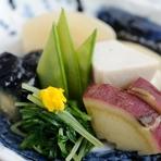 野菜も鮮魚も、旬にこだわり、その時に一番よいものを自慢の目利きで厳選して使用。食材の味を最大限に引き出すべく、熟練の技を駆使した料理は、どれも味わい深い逸品揃いです。