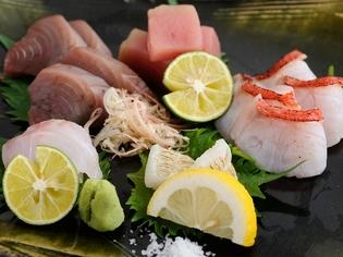 その日に仕入れた新鮮な魚を使用した『お造り盛り合わせ』