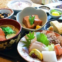てっちりフルコースはもちろん、寄せ鍋などの鍋料理のみご予約頂き、当日単品を注文するスタイルも人気。