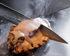 磯の香りとうま味がギュッとつまった逸品。最高級の新鮮黒あわびをバターで焼いた『鮑のバター焼き』