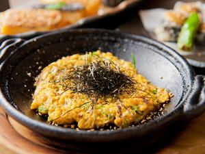 山芋と胡麻卵とネギを合わせた『山芋のネギ焼き鉄板』は、秘伝のタレとの絡みが絶妙な人気メニュー