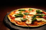 地ビールとの相性もバツグン。季節の食材をふんだんに取り入れた『本日の薄焼きピザ』