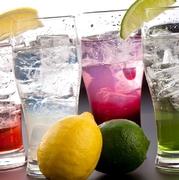レモンやオレンジの果実感のある、甘さすっきりな赤ワインベースのサングリア。冷やしてそのままでも、氷で割っても、自分スタイルにアレンジしても楽しめます。