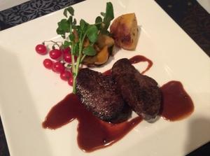 北欧の森の恵みを味わってください!『仔鹿肉のロースト、リンゴンベリーソース』