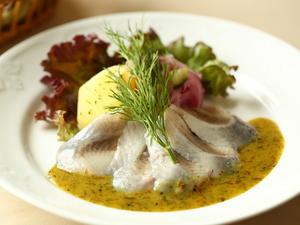 北欧料理の定番スターター、食欲をそそる『ノルウェー産にしんのマリネ、自家製マスタードソース』