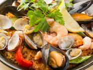 魚介をふんだんに盛り込んだ磯の香り豊かな『シーフードパエリア』(2人前~)