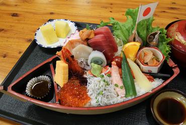 舟形にたっぷり盛り付けられた海の幸と新鮮野菜が絶妙『さざ波丼』