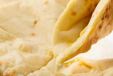 リピーター続出の一品『モッツァレラ・チーズナン』