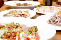 インパクト抜群の盛合わせ、超ヘルシーサラダ。ピザかパスタをチョイスでき、一品&最後にデザート盛合わせ!