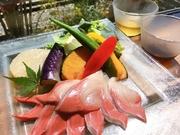 愛知県唯一のブランド鱒。設楽町の山奥の綺麗なお水で卵から出荷まで徹底管理されたサーモンです。 育ったサーモンは常識が変わる美味しさです、 店主自ら往復80キロの道のりを買い付けているので鮮度も抜群です