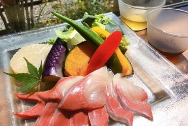 高知県宿毛市、荒木さんが育てるぶり*出汁で食べるぶりと地場野菜のサラダ