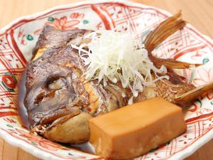 鮮度の良い真鯛をこっくりと煮詰めた『鯛のカブト煮』