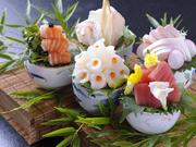 本店である【魚重】と提携、その日仕入れた中からさらに上質な素材を厳選して使用。伊勢湾産を中心としたおつくりは、季節の味覚を味わえる一品です。生簀には伊勢志摩、熊野灘から届いた鮮魚で賑わいます。