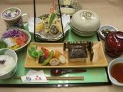 メイン料理(1品)、四季彩盛り(前菜)、焚物、サラダ、茶碗蒸し、ご飯・味噌汁(漬物)。 (※昼夜ともご予約ください)