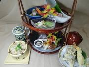1段(造り・焚合せ・漬物)、2段(季節の盛り・八寸)、茶碗蒸し、赤だし・季節のご飯、果物