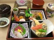 四季彩盛り、造り、揚物(天麩羅)、焚物、茶碗蒸し、季節のご飯・赤だし(漬物)、果物
