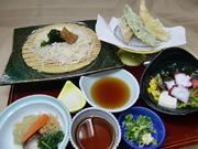 秋田県産「稲庭うどん」、天麩羅(4種~)、サラダ、焚合わせ ※ご飯を付けることができます(無料)