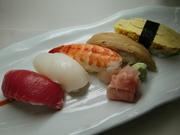 マグロ、海老、白身などが入る お手頃なお寿司。