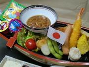 海老フライ類、茶碗蒸し(又はうどん)、ご飯(ふりかけ付き)、ハンバーグ、フライドポテト、サラダ、アイスクリーム、出し巻き など