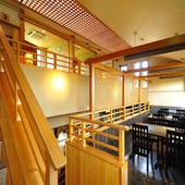 庭を眺めたり、調理の姿を一望できる、中2階のテーブル席
