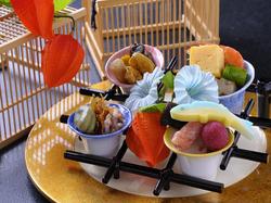 目も楽しめる演出にこだわるコース料理。旬の食材を使用して季節の味覚を味わえます。