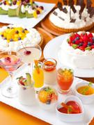 宝石のようにショーケースに並ぶ『3種類選べるデザート』は常時20種類以上