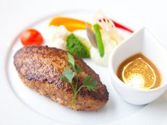 お魚料理またはお肉料理のセットメニューです。