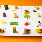 ひとつひとつの野菜の甘さ、苦味、フレッシュな歯応えなどを堪能できるオードブルの一皿。すべての産地を確認して厳選、香草は100%無農薬です。