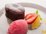 温かいチョコレートケーキ 季節のフルーツとソルベ添え』