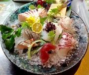 オーナーシェフ自ら市場で仕入れる明石昼網の新鮮魚介を盛り合わせています。潮流の速い明石浦で育った魚介は、身が引き締まって格別の美味さです。ワサビは伊豆産の本ワサビを使用しています。