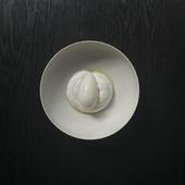 ハーブが香る純白の前菜『コールラビとイワシ、山羊のムース』