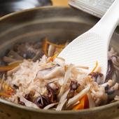 シメはやっぱりご飯もの。季節の素材で作る『土鍋炊き込み御飯』
