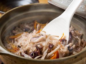 炊きたて御飯を豪快に土鍋で。旬の味『季節の土鍋炊き込み御飯』