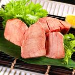 「タン」の特上部位を使用しています。通常は輪切りで提供するメニューですが、すだれのような切り込みを入れて、食材そのものにも味付けをしています。お好みで岩塩を使って食べるのもおすすめです。