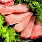 「中トロカルビ」に「カイノミカルビ」の豪華な組み合わせ。ごま油とニンニクを合わせたオリジナルの塩で食べても美味です。食べた後、余韻に浸りながら帰路につく常連のお客様も多数いらっしゃいます。