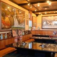 店内にはリラックスできる掘りごたつ式の座敷席も完備されています。会社の大切な取引先の方を招待しての会食や接待といった「ビジネスシーン」にも理想的。飲み放題も付けられるコース料理もあります。