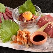 新鮮な刺身を堪能できる一皿。「ユッケ」には甘辛いタレ、「馬刺し」にはニンニク醤油、「ハチノス」には酢味噌、「はつ」にはポン酢とそれぞれに合わせたタレが店のこだわりを感じます。