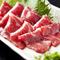 本場熊本から直送の新鮮な「馬刺し」をはじめ「酢もつ」「生ハムサラダ」「ハーブ鶏手羽先」が付いた全8品