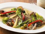 季節によって魚が変わる『鮮魚とアサリのアクアパッツァ』