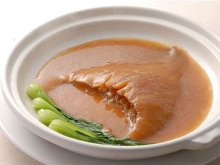 贅沢な味わいの『気仙沼産ヨシキリザメのフカヒレ姿煮込み』