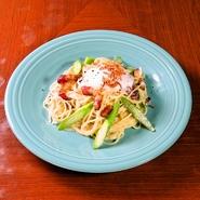 お好みで半熟卵と混ぜてカルボナーラ風に! フライドオニオンの食感がクセになる一品。
